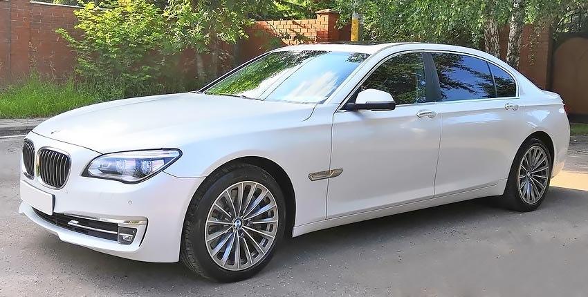 BMW 750i с бензиновым двигателем 4.0 литра 2013 года