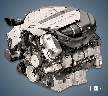 Мотор BMW N63 вид сбоку.